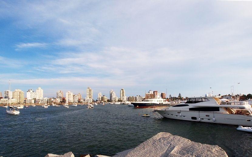 Encore un enorme yatch au port(ajoute images) P1303474