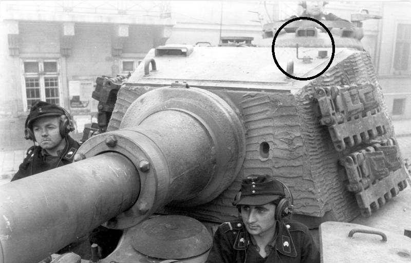 King Tiger torre Henschel con zimmerit del Pz. Abt. 505. Takom. 1:35 Bundesarchiv_Budapest_Panzersoldaten_in_Panzer_VI_Tiger_II_zpstlwrchwf