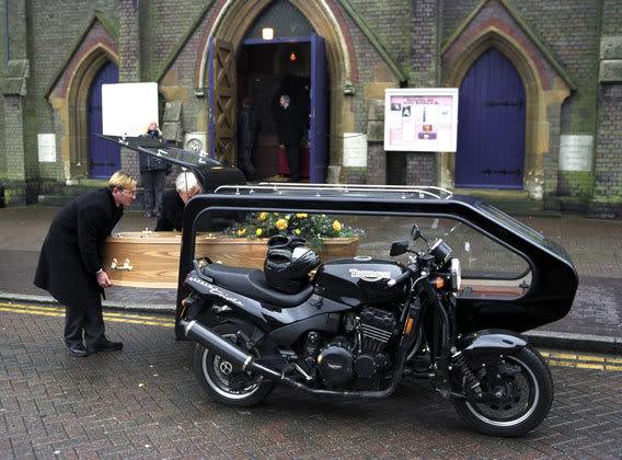 les Bécanes délirantes, bizarres ou situations insolites - Page 4 Motorbike-Hearse