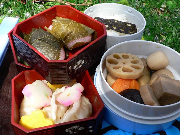 [Ẩm thực] 18 Món ăn trong các bữa tiệc Nhật Bản 11-hanami-bento-62_zpsb9807ea2
