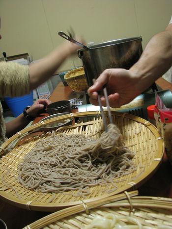 [Ẩm thực] 18 Món ăn trong các bữa tiệc Nhật Bản 17-toshikoshi-soba-62_zps506ffd9b