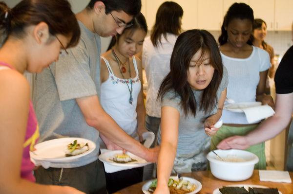 [Ẩm thực] 18 Món ăn trong các bữa tiệc Nhật Bản 18-buffet-style-temaki-135-563_zpsafe1906a
