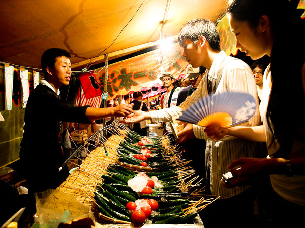 [Ẩm thực] 24 Món ăn đường phố Nhật Bản 18-cucumbers-on-sticks-75_zpsd460f9dc