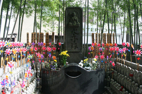 [Du lịch] Chùa Eko-in: Người hùng Robin Hood Nhật Bản và Sumo 2-ekoin-graves-1189_zps01c7594f