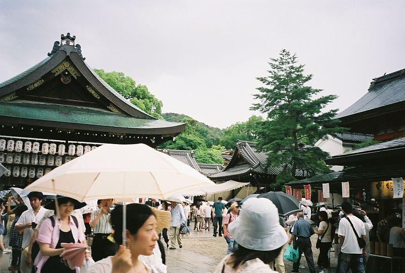 [Du lịch] Đền Yasaka  800px-YasakaShrine1_zpsd5dc1bd6