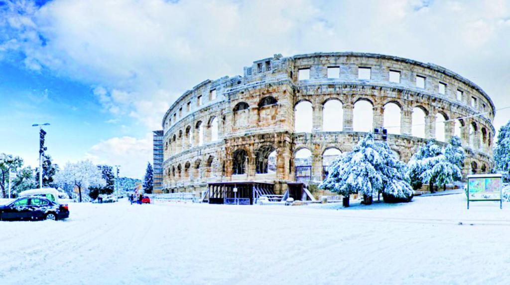 Backgraund slike sa fotkama obalnih gradova pod snijegom Pula1_zpse8541859