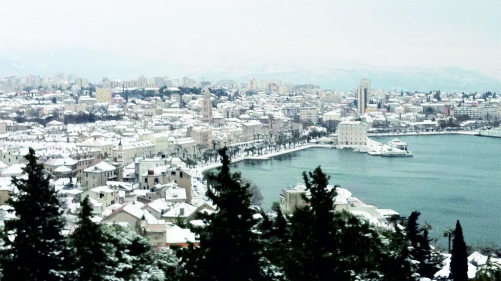 Backgraund slike sa fotkama obalnih gradova pod snijegom Split1_zps56cfbe0b