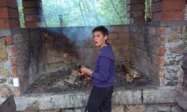 Roštilj s nećakom na brdu Humac (Otočac, 2014.) IMAG0529_1_zps735eaae7