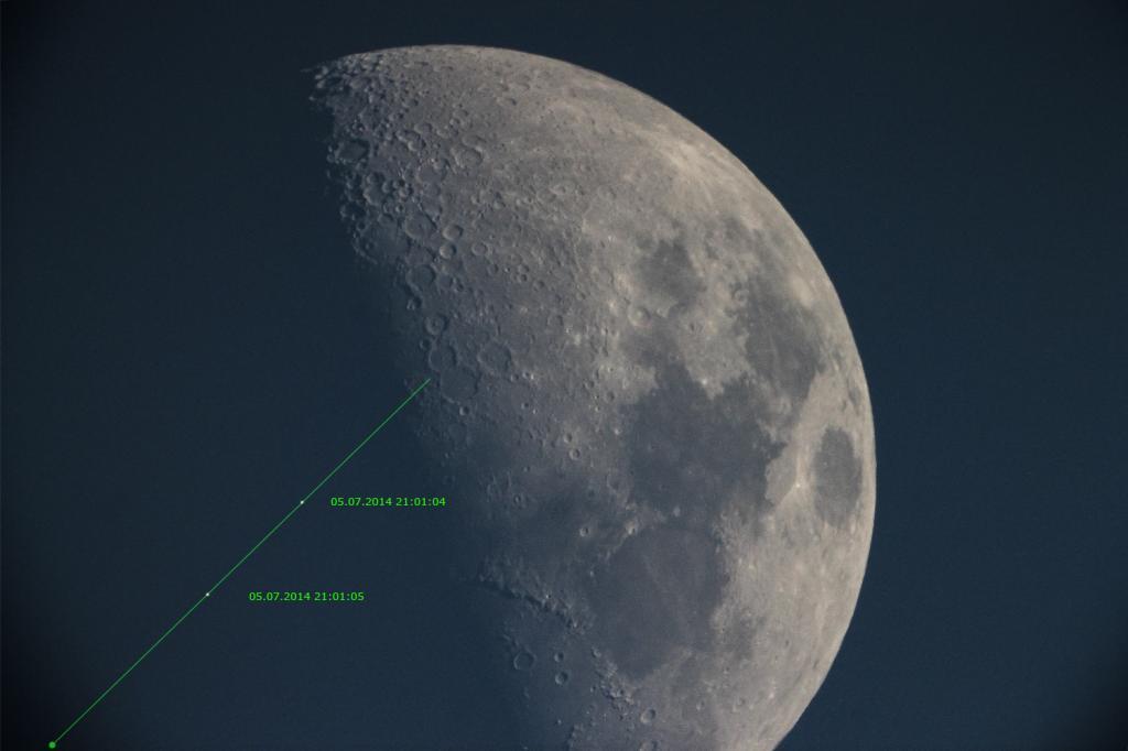2014: le 05/07 à 21h01 - objet lumineux passant devant la lune - Fribourg, Suisse -  IMG_2755-2tr_zpsbc07d5dc