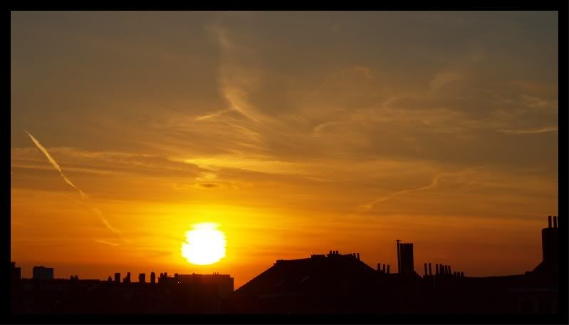 le soleil disparaît au-dessous de l'horizon en ville CopyofP4100080-1