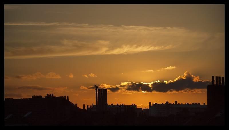 le soleil disparaît au-dessous de l'horizon en ville CopyofP4300791-1