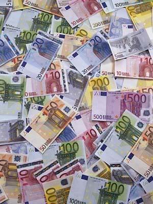 Šta biste poklonili osobi iznad? - Page 3 Euro-money-pile