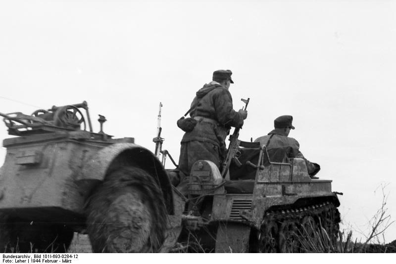 Feu arrière allemand.(feu de convoi) Bundesarchiv_Bild_101I-693-0284-122C_Russland2C_Verlegen_von_Telefonkabel
