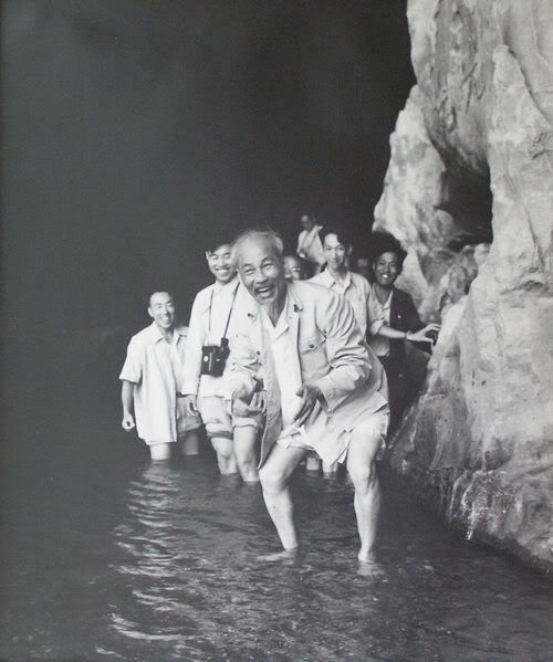Ho Chi Minh, el hombre que llevo a la victoria a Viet Nam 500px-Ho_Chi_Minh_at_Lijang_River_2