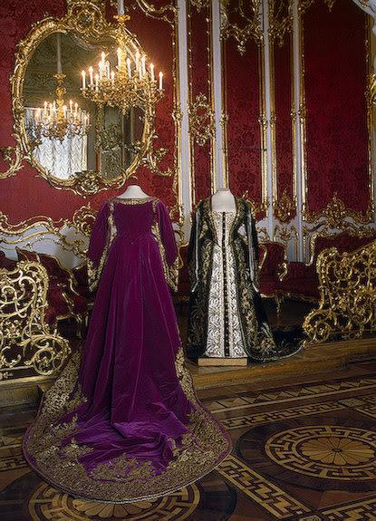 Vestido oficial de los Romanovs CeremonialCourtDressesofaLady-in-Wa