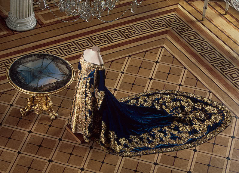 Vestido oficial de los Romanovs CeremonialCourtDressofEmpressAle-3