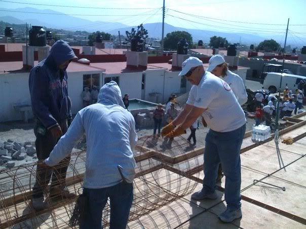 Alejandro y fundacion televisa ayudando a construir casas Untitled666