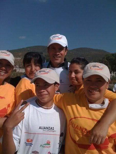 Alejandro y fundacion televisa ayudando a construir casas UntitledFFF