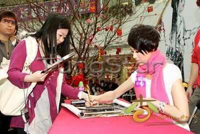 [25 January 2009] Myolie supports 240101