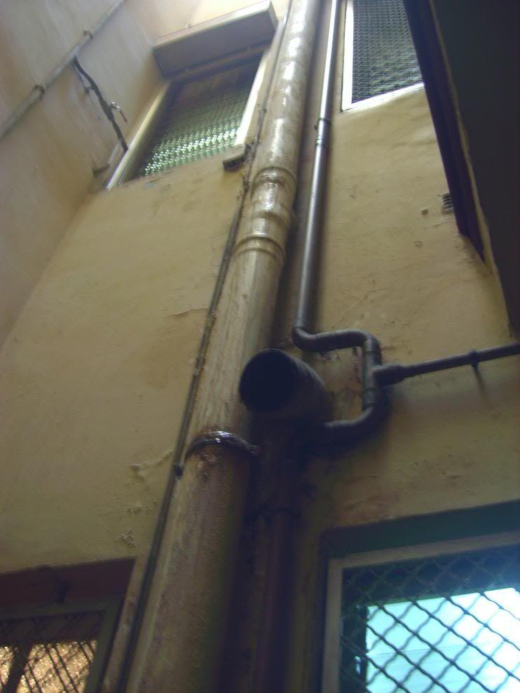 Humedad en el muro del 2º 2ª zona caja de escalera 22aguabajante