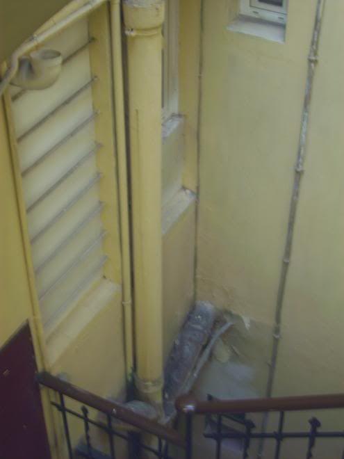 Humedad en el muro del 2º 2ª zona caja de escalera Regerodemierda
