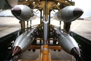 Des failles dans les installations nucléaires militaires américaines en Europe 300px-B-61_bomb_rack