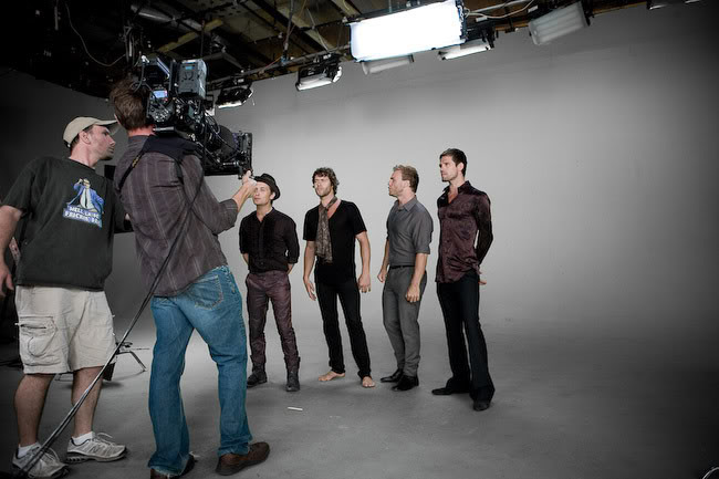 De nouvelles photos du single greatest day - Page 3 7347_on_the_video_shoot_tt1