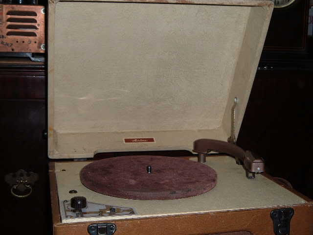 Airline model 74BR record player. Now, with pictures... 2004_0101Airlinerecordplayer0013