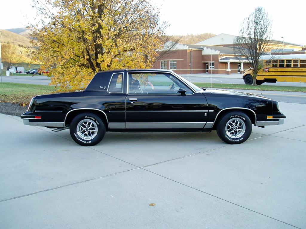 Oldsmobile Cutlass Calais '83 américain...CHECKEZ CA!!!! 83blackolds1