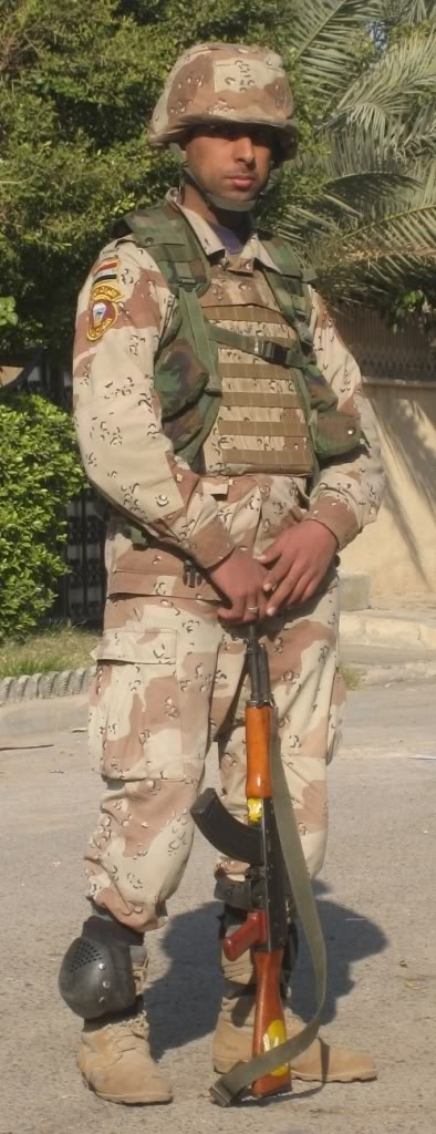 Irak Iraqi_soldier_with_elbow_pads_aro_2