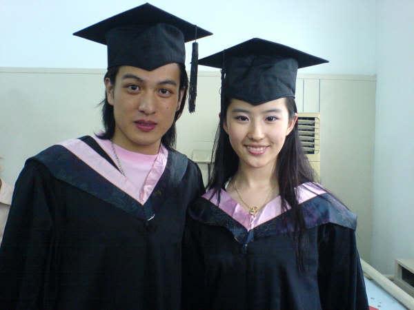 """ภาพถ่ายวันรับปริญญาบัตร """"หลิวอี้เฟย"""" Beijing Film Academy [July 2006] Y1pYpYFrr3GdSW8W-EdTCez05mAe7FzJozy"""