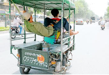 Funny Pictures HERE Xe-3-banh