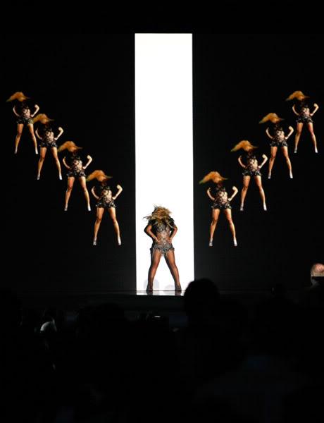 22/06 :    Performance aux Billboard Music Awards 64864509cheleny5222011101010PM