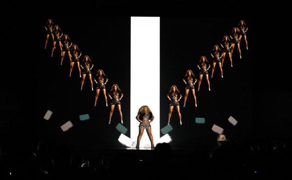 22/06 :    Performance aux Billboard Music Awards 64864520cheleny5222011100957PM