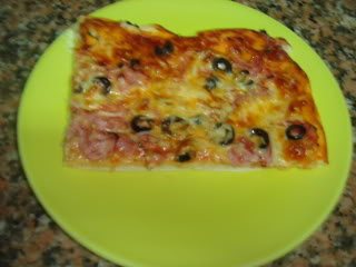 Pizza de queijo, fiambre e azeitonas DSC08541