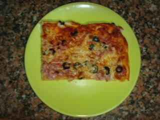 Pizza de queijo, fiambre e azeitonas DSC08543
