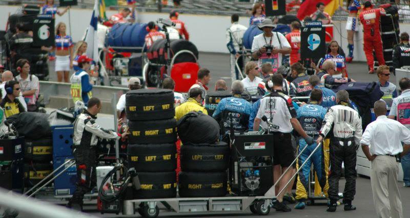 A velocidad de Formula 1, noticias comentarios y más 800px-Tyre_carts_on_grid_at_USGP_20