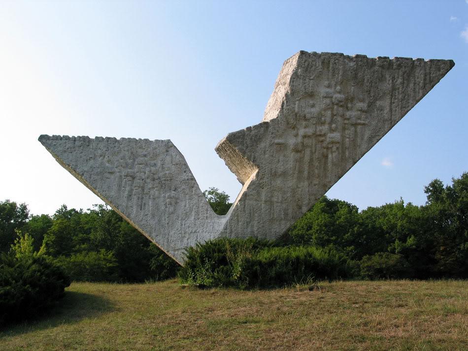 Gradovi  - Page 3 Memorial_kragujevac_serbia