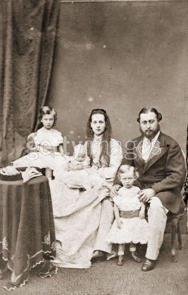 Alejandra y Eduardo VII AlixBertieandchildren1867