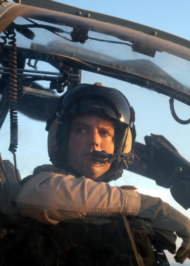 recherche photo Pilote d'hélicoptère US_Navy_030602-N-2819P-020_Capt_Michael_M_Richman_a_pilot_assigned_to_Marine_Attack_Light_Attack_Helicopter_Squadron_Two_Sixty_Nine_HMA-L-26