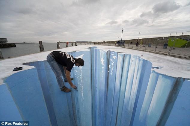 Nghệ thuật vẽ 3D trên đường phố Article-1153004-03a229f6000005dc-644_634x420