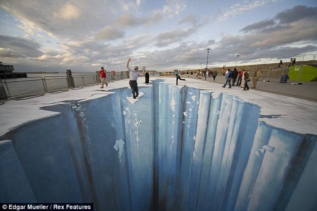 Nghệ thuật vẽ 3D trên đường phố Article-1153004-03a22a08000005dc-29_634x421