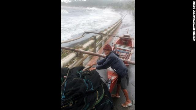 'Worse than hell' in typhoon-ravaged Philippines  131108061653-04-typhoon-1108-horizontal-gallery