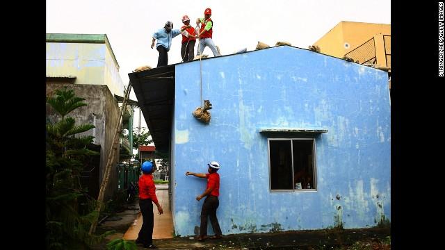 'Worse than hell' in typhoon-ravaged Philippines  131109090026-17-typhoon-1109-horizontal-gallery
