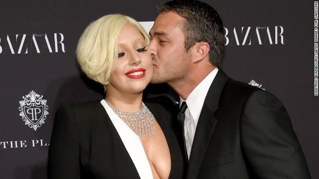 Lady Gaga >> Noticias [13] 150216171923-getty-bazaar-lady-gaga-taylor-kinney-story-top