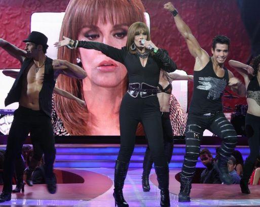Лусия Мендес/Lucia Mendez 4 - Страница 27 Lucia-mendez-cantando-cerca-513x410