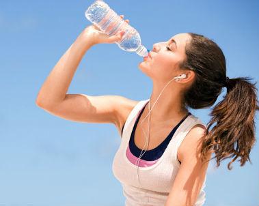 Trucos para crecer de estatura en adultos (de más de 20 años) Beber-agua-379x302