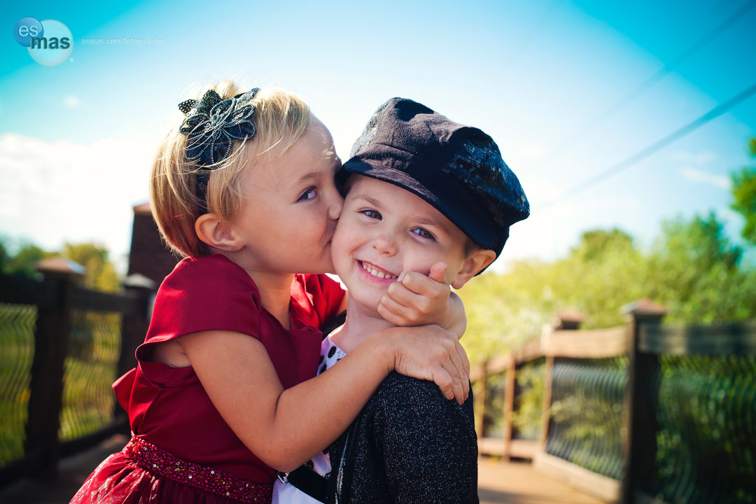 Niños pequeños y bebés misteriosos. Besos_cb2e45b6_0fb0_03a6_9d03_c6606cbc8037