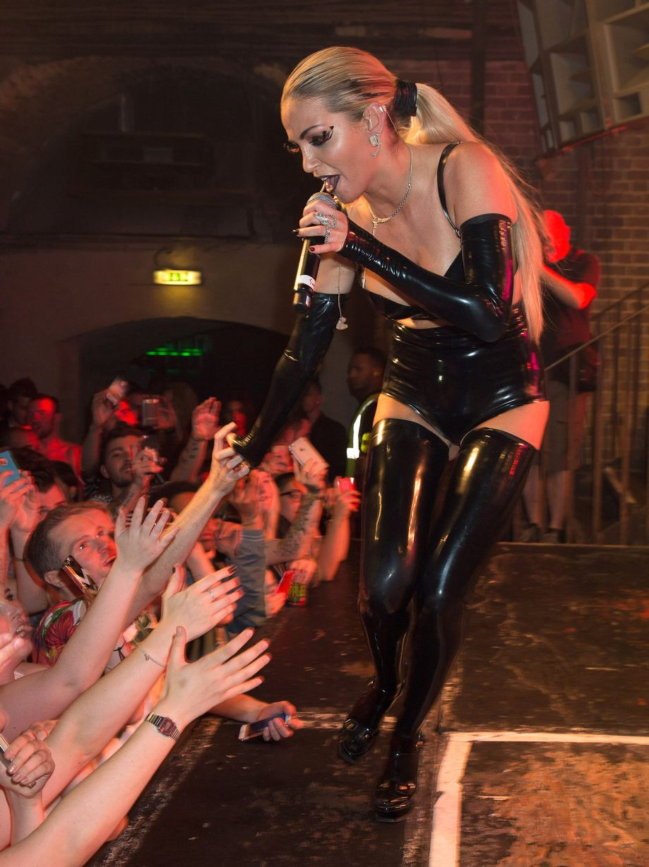 """Integrante """"Sarah Harding"""" - Página 38 Sarah-Harding-performs-on-stage-at-G-A-Y-Heaven-on-August-8-2015-in-London-England"""