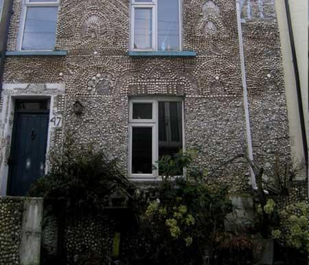 منزل مغطى بالأصداف البحرية 2